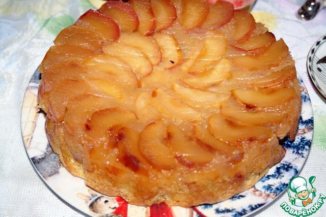 Далее торт переворачиваем на блюдо. Снимаем бумагу.   Вот такой красавец, действительно янтарный на вид.