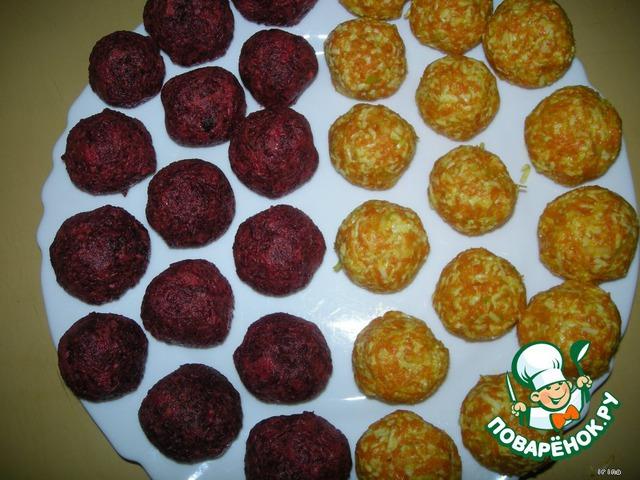 Если масса получилась недостаточно влажной и плохо слипается в шарик, добавьте немного майонеза.    Свекольные шарики – свекла, сыр, желтки, селедка.    Морковные шарики – морковь, сыр, белки, чеснок, орех.