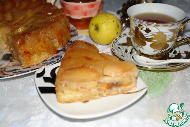 Здесь кусочек в разрезе.    Это получается не торт в привычном понимании, а скорее всего вариант запеченных яблок, тесто служит здесь подушкой для яблок.    Очень нежно и вкусно.