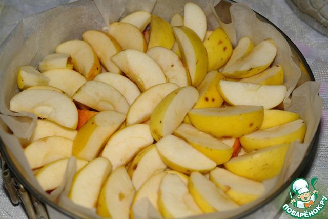 Яблоки разрезаем на 4-8 частей, удаляем сердцевину, не очищаем от кожицы, выкладываем в форму, в два ряда.