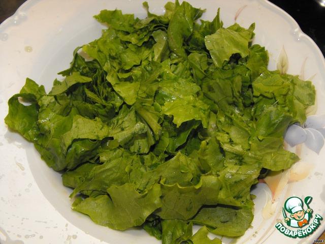 Руками порвать салатные листья.