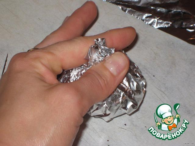 И завернуть фольгу кульком, делая сверху небольшую пипочку, за нее потом удобно накладывать.   Запекать картофель при 180-200 С около 15-20 минут.    Подать на тарелке прямо в фольге. Такая картошка долго остается теплой на столе.