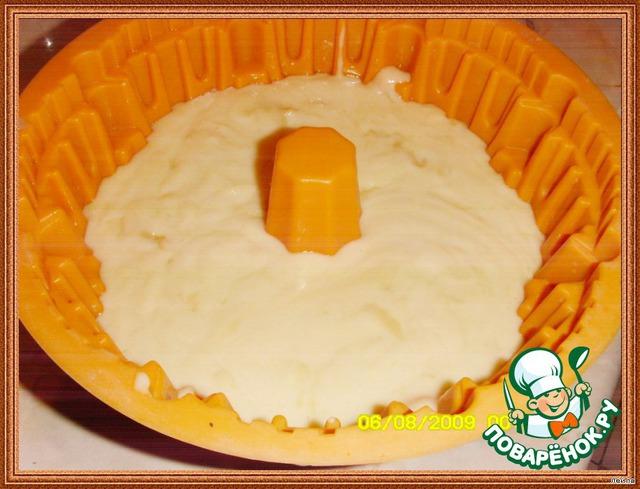 Вылейте тесто в подготовленную форуму и выпекайте примерно 50 минут или пока деревянная палочка вставленная в центр кекса не будет выходить чистой.