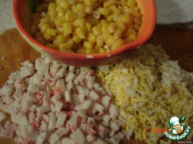 Яйцо натираем на терке, крабовые палочки режeм мелко, добавляем кукурузку.