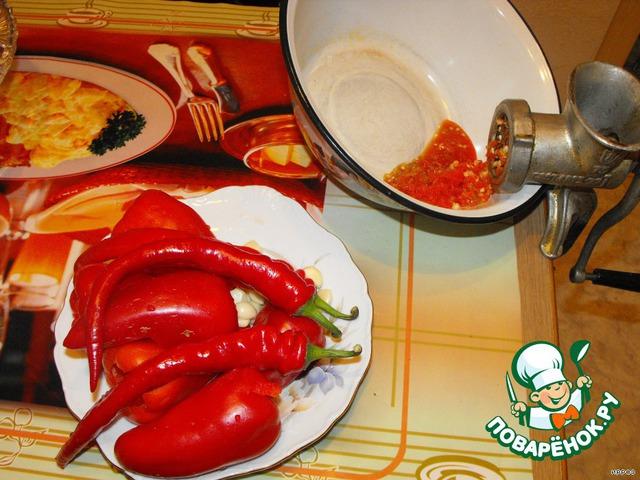 Готовим рассол. Сладкий, горький перец и чеснок пропускаем через мясорубку.