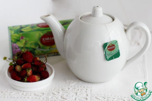 Ягоды земляники отлично сочетаются с терпкостью зелёного чая и прохладой мяты. По этой причине и был выбран зелёный чай с мятой Хейлис. Зальём пакетик водой примерно 80 градусов, это то состояние воды, когда она только-только начинает кипеть, образуя дымку. Дадим настояться минуты 3-5.
