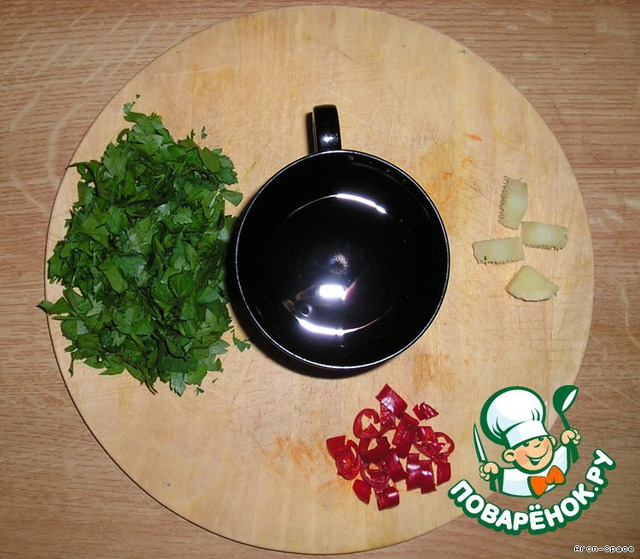 Сейчас нам необходимо приготовить заправку для соуса, которая и придаст ему тот неповторимый вкус и аромат, к которому мы стремимся. Здесь у нас порубленная зелень, перчик Чили, кусочек очищенного от кожицы корня Имбиря и грамм 30 воды.