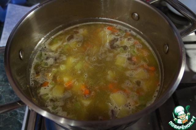 Налить бульон и варить на маленьком огне до готовности картофеля.