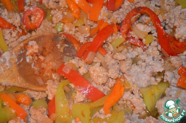 Затем в фарш добавить отложенные овощи, посолить, поперчить, добавить паприку.