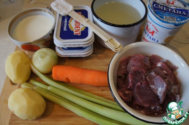 Подготовить продукты: овощи помыть и почистить, мясо обмыть и нарезать крупными кубиками.