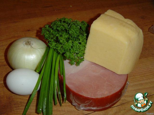 Петрушку и зеленый лук нарубить. Лук и ветчину нарезать кубиками и обжарить на сливочном масле.