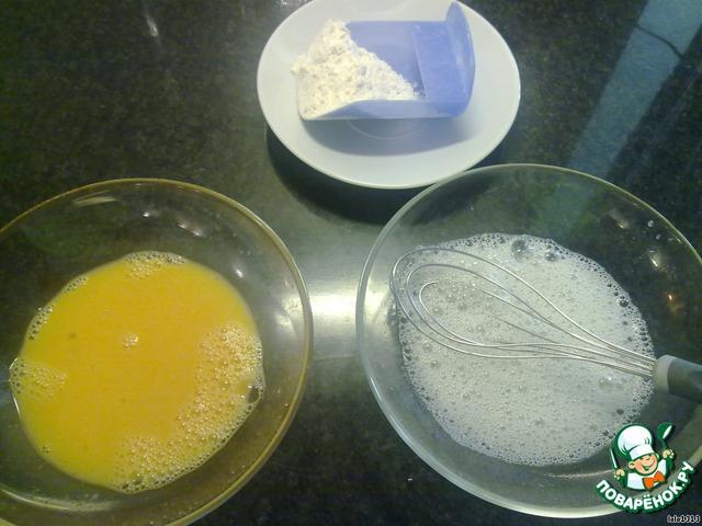 Взбить по-отдельности яичные белки и желтки. Добавить в желтки лимонный сок.