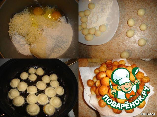 В отдельную тарелочку отсыпаем оставшуюся муку.   Берем немного теста обмакиваем в муку и скатываем шарики. Наливаем подсолнечное масло в емкость для жарки. Раскаляем и опускаем готовые сырные шарики.