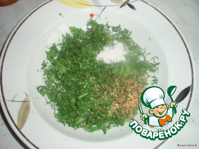 В тарелке смешиваем нашу зелень (свежую и сушеную)+ кориандр+соль+перец. Можно еще добавить какие-то специи кавказкой кухни (я не клала, не было их у меня)
