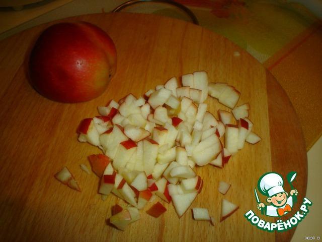 Одно яблоко порезать на мелкие кусочки.