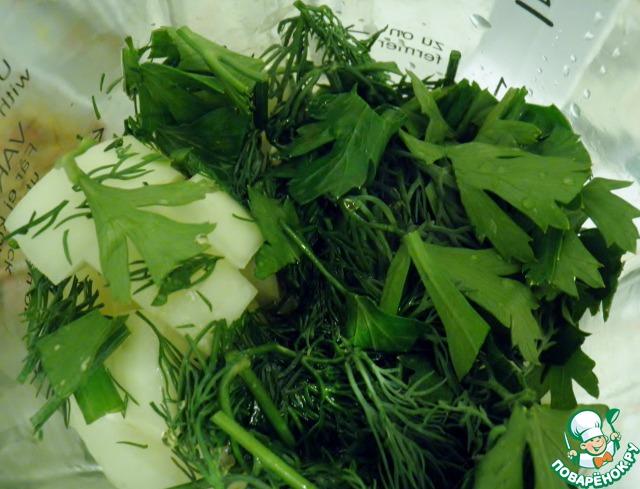 Петрушку тоже крупно порубить и сложить вместе с луком в блендер, добавить все продукты по рецепту.