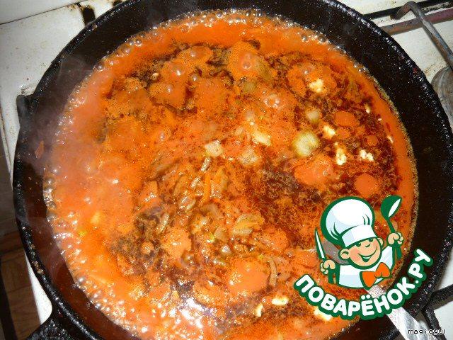 Тем временем лук и морковь обжарить, добавить томат. пасту, разведенную ~1 стаканом воды. Посолить, поперчить (я еще и сахар добавляю).