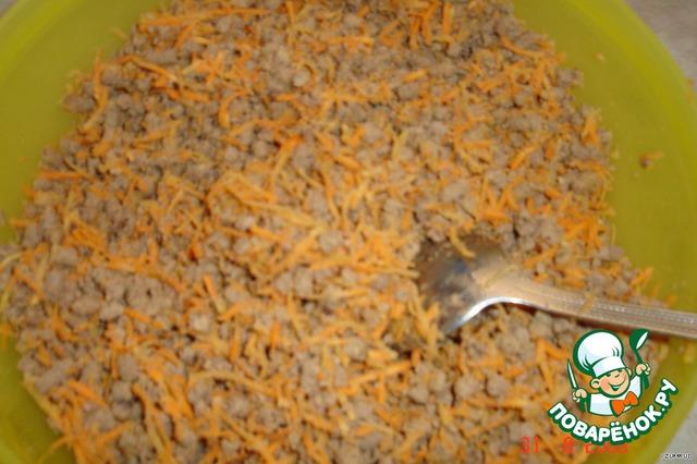 печень пропустить через мясорубку,   морковь натереть на мелкой тёрке,    всё перемешать