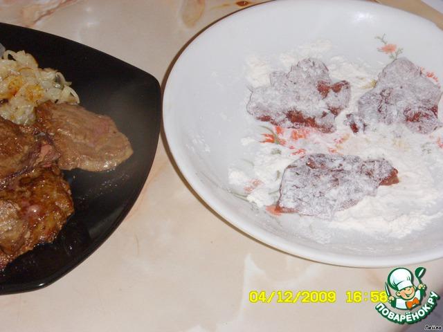 Отложить в тарелку.    На другую тарелку насыпать муку, обмакнуть в ней с 2-х сторон печень.
