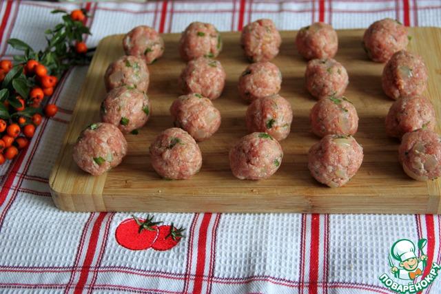 Скатать небольшие шарики, размером с грецкий орех.