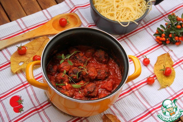 Жареные польпетте окунуть в томатный соус и дать настояться в нём минимум 2 минуты, под крышкой.       На гарнир рекомендуют отварить спагетти (например, настоящие, итальянские, от Divella).