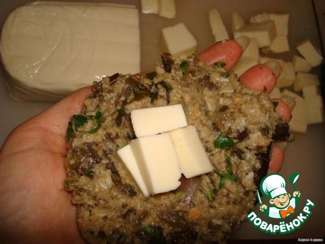 Сформировать вот такую лепёшечку, на неё положить кусочки мягкого сыра