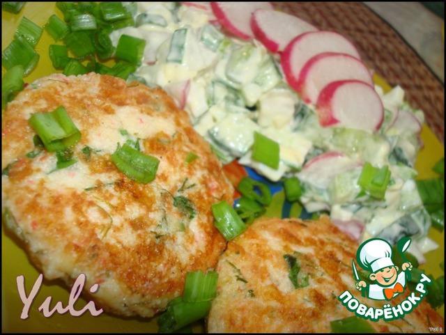 На гарнир у меня салатик из редиса, свежего огурчика и яйца.   Ну, очень вкусно!
