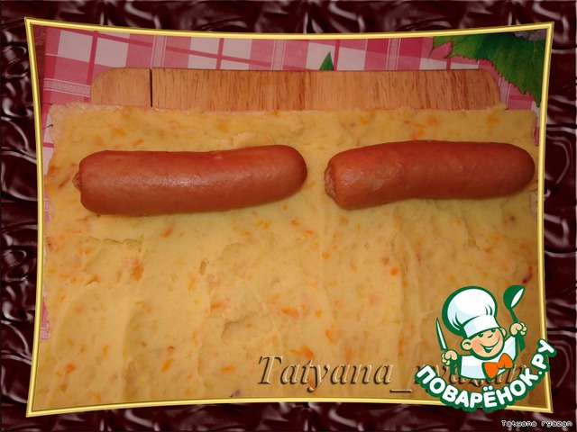 Далее необходимо сразу же горячий картофель выложить на вафельный лист. На картофель выложить сосиски и завернуть рулетиком.