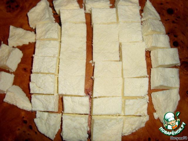 Нарезаем на маленькие кусочки, чтобы потом сразу достать из рассола и положить в салатик!