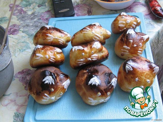 Первыми выпекла булочки, зайчики расплылись и получились похожи на котов). Украшала белком, взбитым с сахаром, и праздничной посыпкой