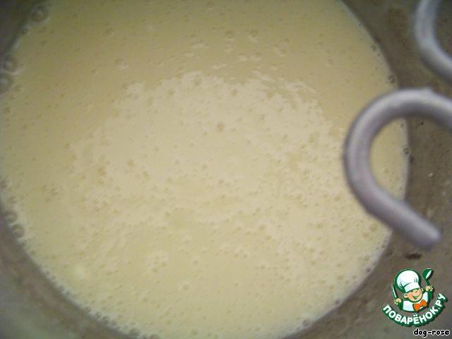 Взбиваем яйца с сахаром, добавляем сгущенное молоко и сметану, взбиваем.