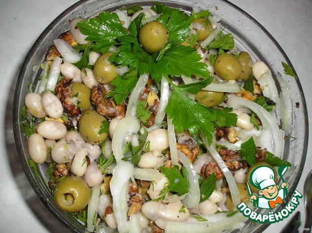 Маслица. Я добавляю немножко оливкового, немножко обычного растительного. А ещё полила немножко оливковой юшечкой. И украсила. Оторваться от салата сложно.
