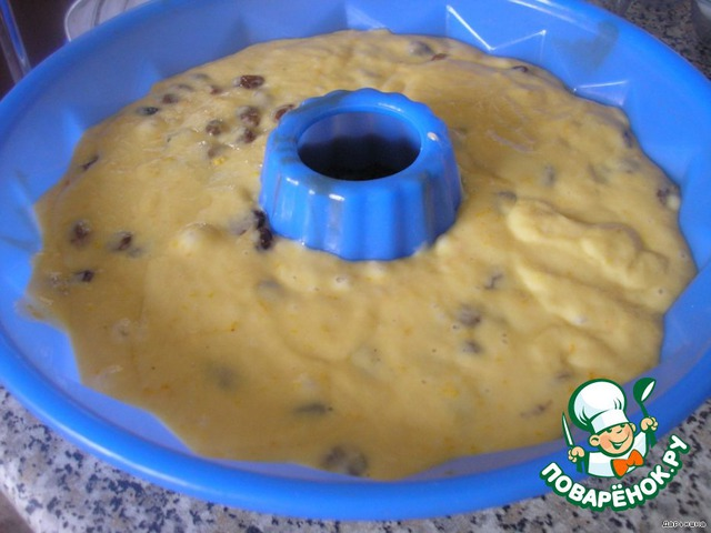 Вынуть тесто. Добавить в него изюм и цедру апельсина. Перемешать. Выложить в форму. И дать постоять еще 20-25 минут.