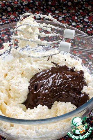 Смешать миксером на низких оборотах крем-сыр с протертой через сито творожной массой и сахаром, влить растопленный шоколад. Перемешивайте миксером недолго, иначе насытите чизкейк воздухом, и при выпечке он может пойти трещинами.