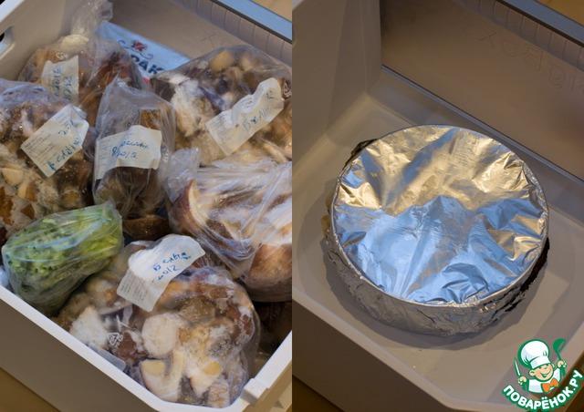 Дайте чизкейку полностью остыть при комнатной температуре, затем оберните пленкой или фольгой (можно дополнительно положить в пакет и плотно завязать, чтобы чиз не впитал посторонние запахи) и уберите в холодильник на 6 часов, не менее.        Если вы решили чиз заморозить, то после 6-часового охлаждения в холодильнике освободите морозильную камеру, поставьте форму с чизкейком на дно (чтобы он не деформировался, нужно ставить на ровную поверхность), накройте чиз досточкой, чтобы продукты, которые вы будете класть сверху, не повредили нежную верхушку десерта, и положите сверху остальные продукты, которые хранились у вас в камере. О чизкейке можно забыть на полгода. При условии, что Т вашей морозильной камеры не выше -18 градусов.