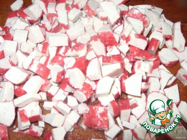 Крабовые палочки нарезать кубиками.