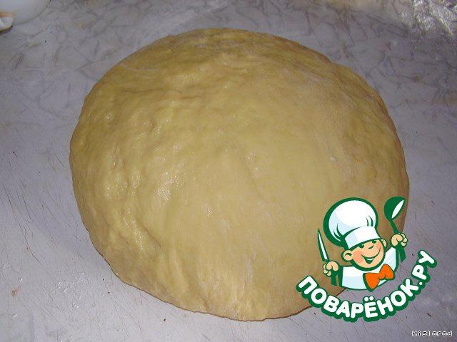 Замесить тесто, смазать сверху растительным маслом и поставить в теплое место на 1-1,5 часа