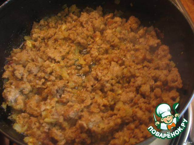 Добавить фарш, соль, перец, приправы к мясу по желанию, жарим до готовности фарша (у меня получилось минут 15).