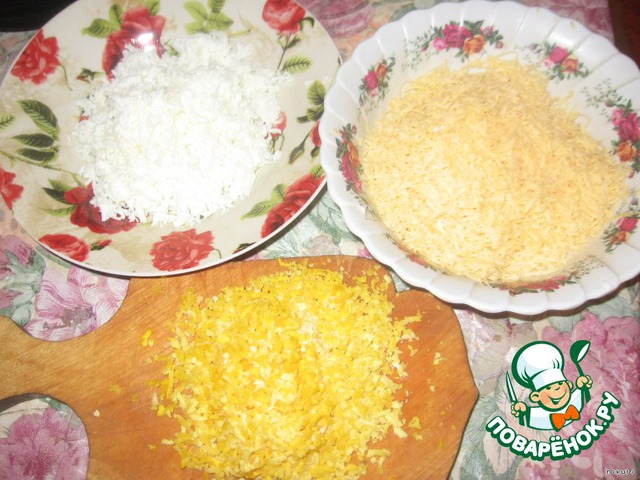 Выкладываем слоями.    1. Сыр, соус    2. Кальмары, соус