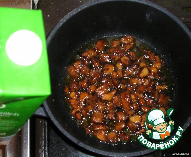 Когда грибочки поджарятся и приобретут коричневатый оттенок, влейте в них свежее молочко или сливки. Варите до тех пор, пока молочко не загустеет.