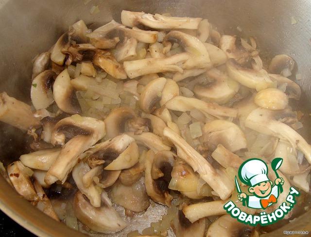 Пока рис готовится, обжариваем лук с грибами. Посолить по вкусу.       К рису (через 7 минут) добавить грибы с луком и шпинат, перемешать, влить вино,     поставить еще на 5 минут в микровелле.