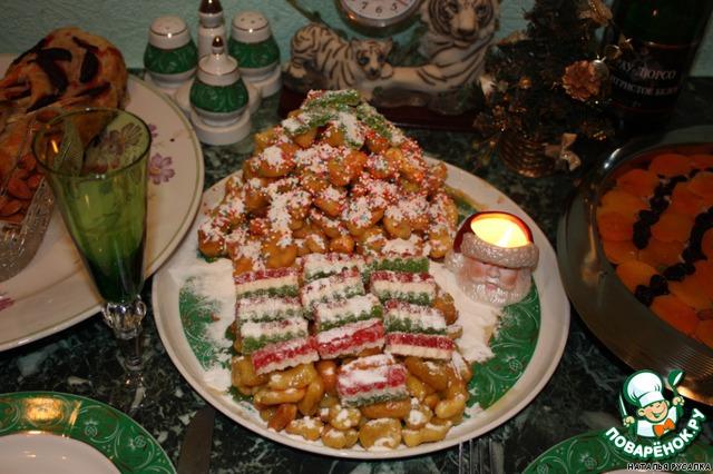 Сформируем из чак-чака сосну и домик,украсим мармеладом и сахарной пудрой!Новогодний чак-чак готов!