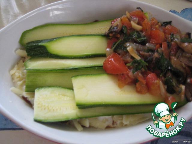 Затем на слой кабачков выкладываем оставшийся соус, йогуртовую массу, половину оставшегося сыра и кабачков.