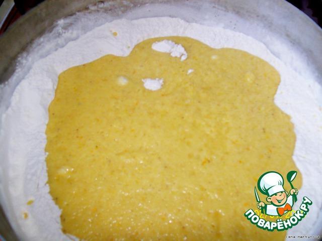 В большую миску насыпаем муку (1,5 кг), добавляем получившуюся (уже дрожжевую) смесь и начинаем месить тесто.   Рядом с миской можно поставить блюдечко с растительным маслом и время от времени окунать туда руки (тогда легче будет их отмыть).     В конце замеса добавляем изюм.