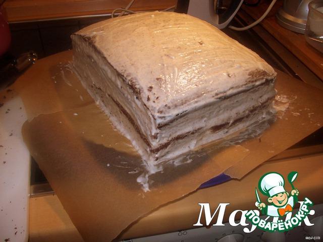 Обмазать кремом бока и верх торта.   Убрать на пару часов в холодильник (у меня он там простоял ночь, чтобы потом было удобнее его украшать).