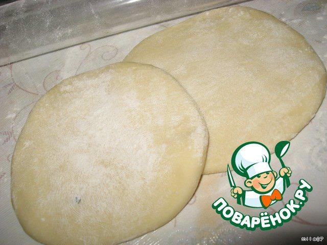 Слегка раскатываем лепешку примерно до толщины в 1 см, затем раскатываем вторую.