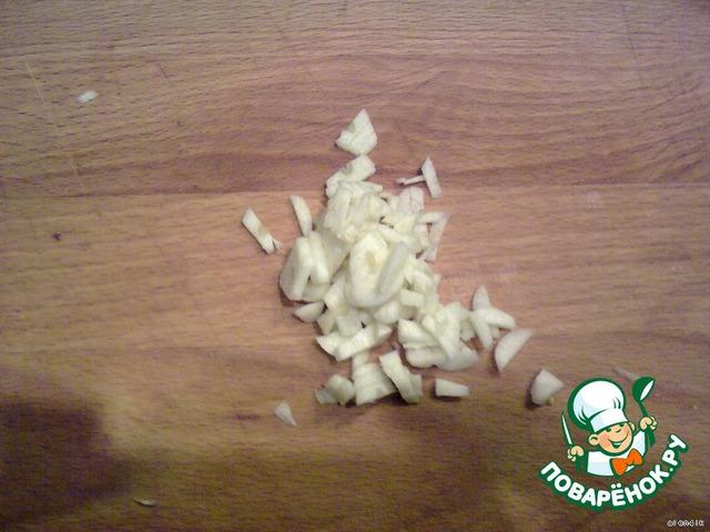 Измельчить чеснок и добавить в фарш. Также фарш посолить, поперчить по вкусу, добавить специи.