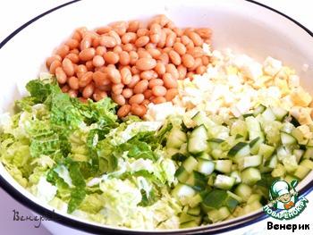 Яйца и огурцы кубиками, добавить фасоль, соль, перец, майонез и все смешать.