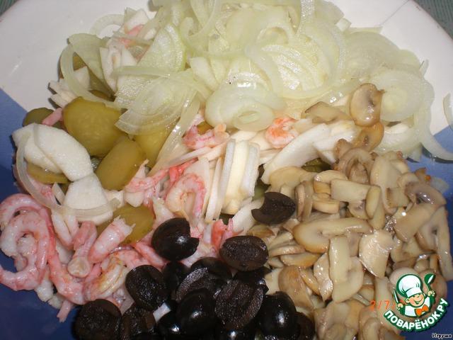 Для соуса соединяем майонез, горчицу и лимонный сок, хорошенько перемешиваем.   Все составляющие салата выкладываем в миску, выливаем заправку и хорошенько перемешиваем.