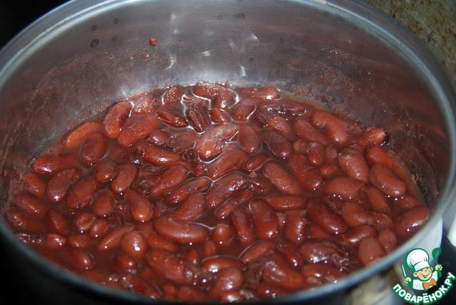 С замоченной фасоли слить воду, залить свежей, довести до кипения и варить на медленном огне около 1 часа, солить в конце. Рекомендуют варить фасоль при открытой крышке, чтобы она не теряла свой цвет, и добавлять понемногу воду по мере её выкипания.